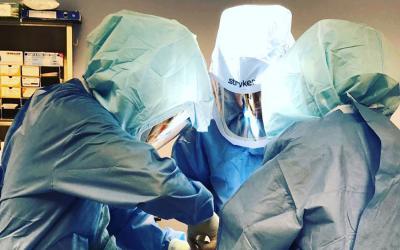 Infezione di protesi, caschi e dispositivi di protezione aiutano a ridurre il rischio?
